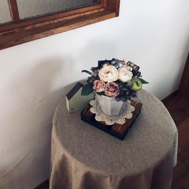 Y様 可愛らしいお花のアレンジメントとレースの敷物